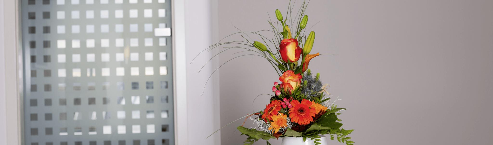 Datenschutz - Blumenstrauss im Eingangsbereich der Zahnarztpraxis