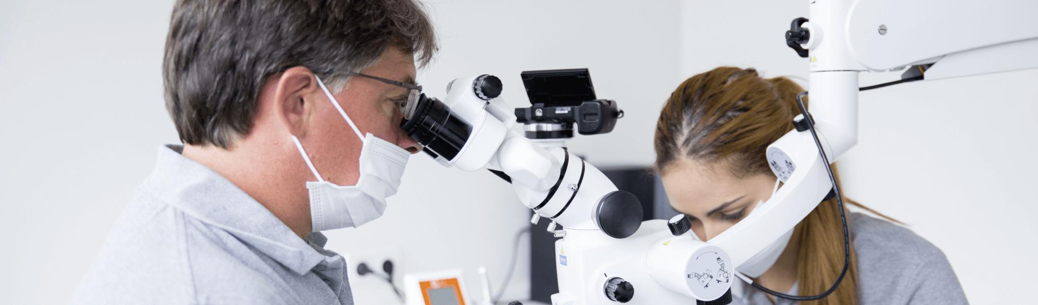 Zahnersatz aus Deutschland - Zahnarzt Dr. Rentschler und Mitarbeiterin beim einsetzten des Zahnersatzes