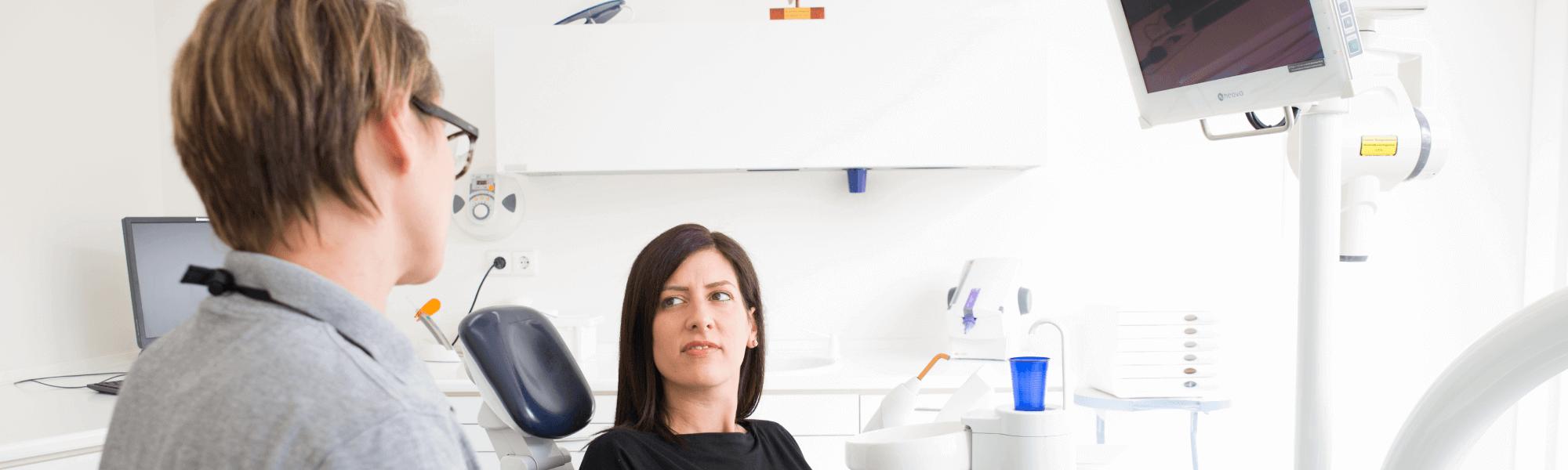 Ästhetische Zahnheilkunde - Zahnärztin Dr. Zimmermann im Gespräch mit einer Patientin