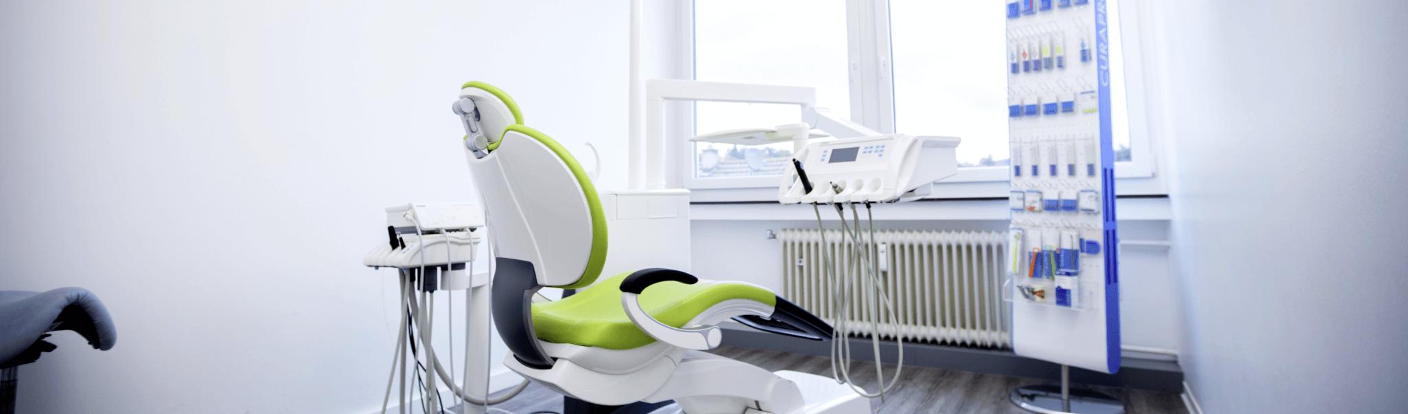 Behandlungen - Behandlungsraum mit grünem Behandlungsstuhl