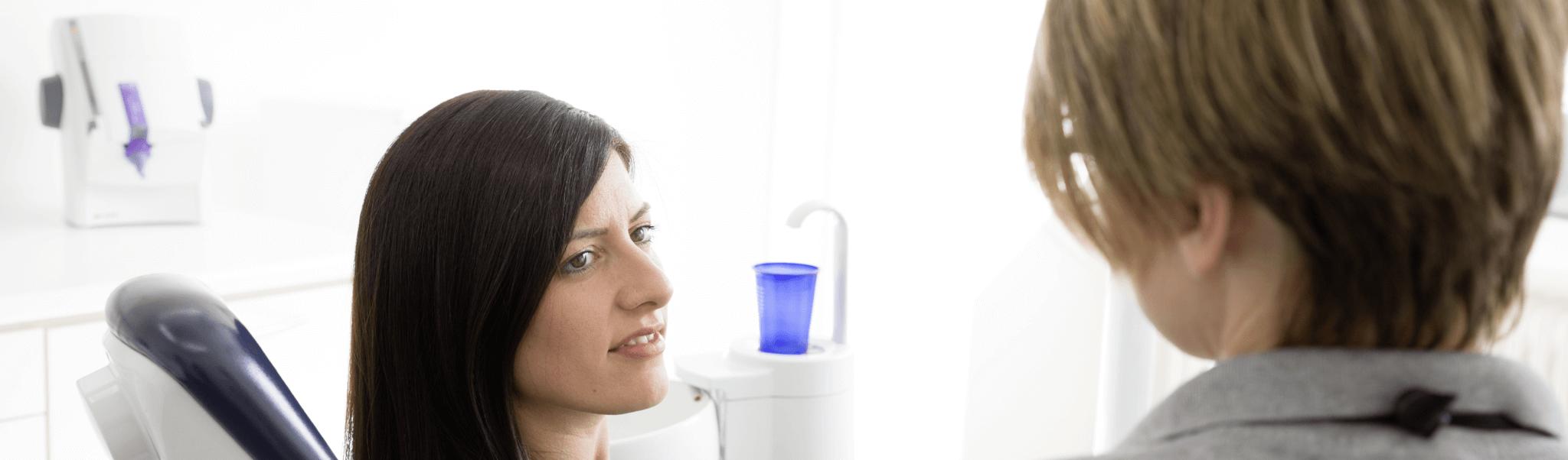 Wurzelbehandlung - Zahnärztin Dr. Zimmermann im Gespräch mit einer Patientin
